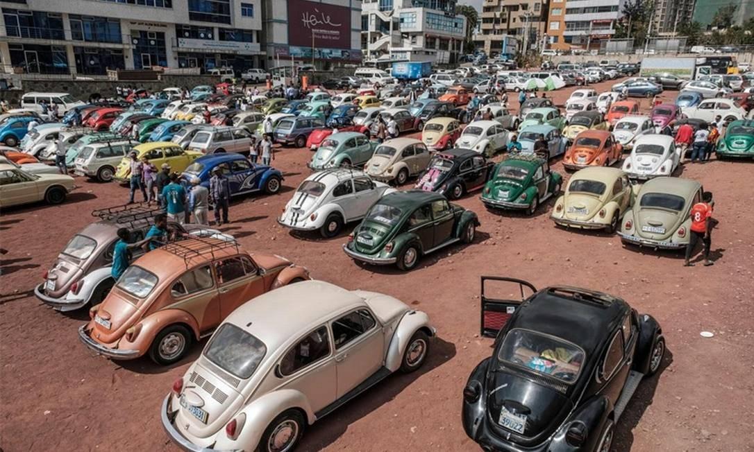 Enfim, juntos! O primeiro encontro de VW em Adis Abeba reuniu 200 carros. Os Fuscas alemães dos anos 60 e 70 eram maioria, mas havia ainda Kombis e Brasilias Foto: Eduardo Soteras/AFP