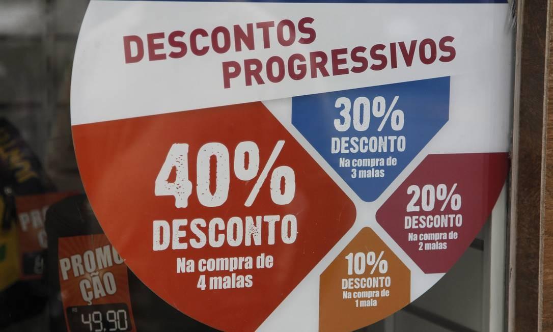De acordo com os pesquisados, propaganda enganosa é o golpe mais frequente Foto: Marcelo Carnaval / Agência O Globo