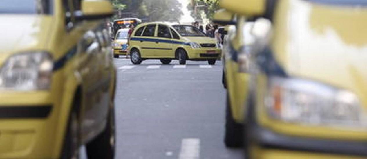 Taxistas do Rio estão sendo denunciados por cobrar tabela após terem taxímetros reajustados Foto: Gustavo Stephan/Arquivo