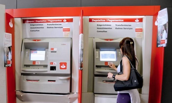 Caixa eletrônico do banco Santander Foto: Arquivo O Globo
