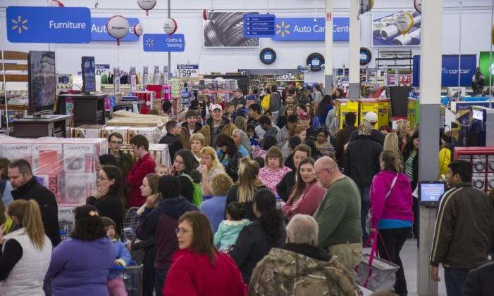 Centenas de consumidores lotam os corredores do Walmart, na cidade de Bentoville, no Arkansas Foto: Gunnar Rathbun/AP / Invision for Walmart