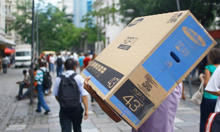 Consumidores carregam suas compras Foto: Pedro_Kirilos / Agência O Globo