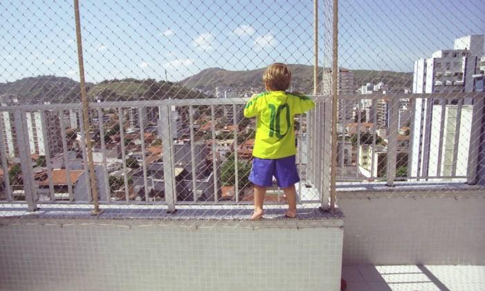 Grade e tela oferecem proteção para evitar quedas Foto: William de Moura / Agência O Globo
