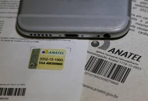 Selo. O registro da Anatel é a garantia de que o celular cumpre as regras da agência: os irregulares serao bloqueados Foto: Pablo Jacob
