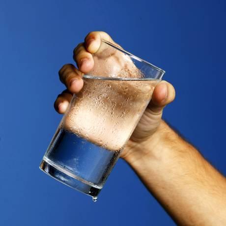 Lotes de água mineral foram interditados por presença de bactéria Foto: Pablo Jacob / Agência O Globo