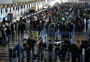 Passageiros aguardam reagendamento de seus voos cancelados devido a protestos no Chile Foto: Reuters