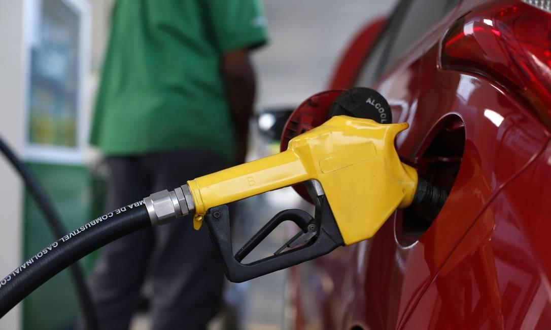 Petrobras reajusta a partir de hoje o preço da gasolina e do gás de botijão  em mais de 7% - Jornal O Globo