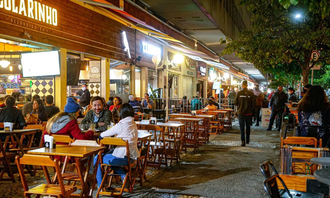 Em Botafogo, no Rio, bares aos poucos voltam à rotina. Segmento de alojamento e alimentação puxa avanço dos serviços prestados às famílias Foto: Roberto Moreyra / Agência O Globo