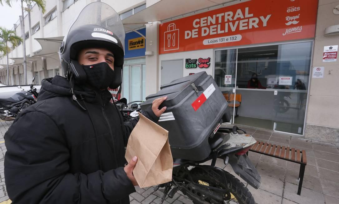 O modelo de central de delivery se populariza em shoppings pelo Brasil, de funcionamento similar ao das dark kitchens Foto: Cléber Júnior / Agência O Globo