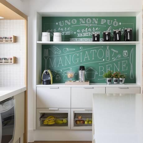 Arte da Fiz com Giz, em uma cozinha: ambiente é um dos preferidos dos clientes para esse tipo de parede Foto: Divulgação/Julia Ribeiro