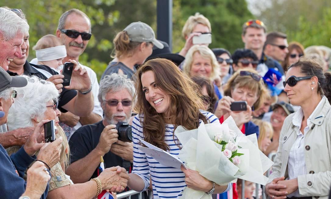 ...e idosos. Com muita simpatia, Kate e William responderam ao público com sorrisos e apertos de mão. DAVID ROWLAND / AFP