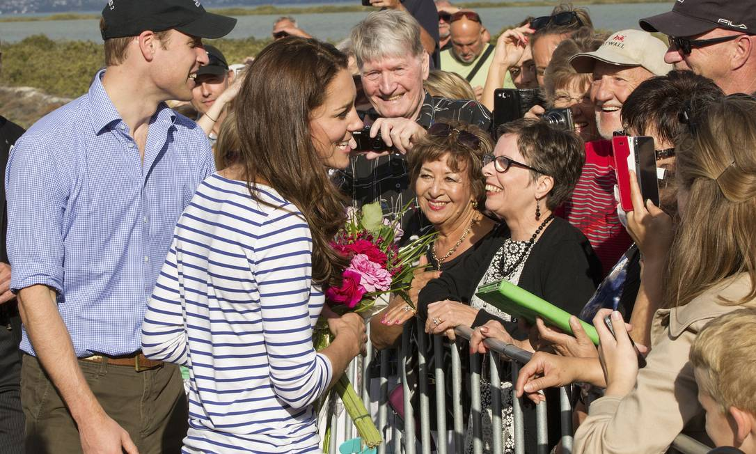 Uma multidão aguardava a aparição do casal na entrada do porto de Auckland. Os príncipes foram agraciados com flores, cartazes e mensagens de carinho da população David Rowland / AP