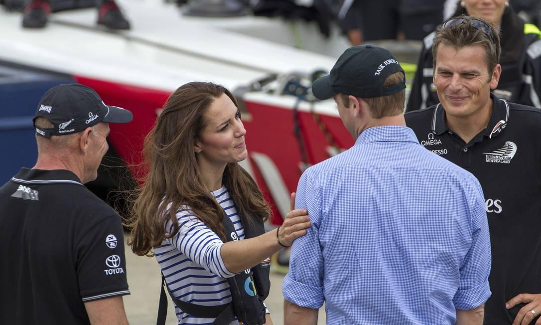 Em tom de brincadeira, a Duquesa de Cambridge acariciou o ombro e o braço do marido, consolando o príncipe. A equipe que esteve com o casal nos iates caiu no riso David Rowland / AP
