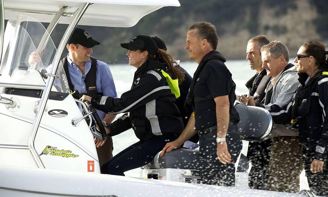 Com um sorriso no rosto, a Duquesa de Cambridge provou que lugar de mulher também é no volante. DEAN PURCELL / AFP