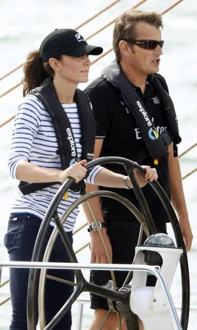 Atenta, a princesa Kate mantém o pulso firme sobre o volante da regata, ao lado de um dos instrutores PHIL NOBLE / REUTERS