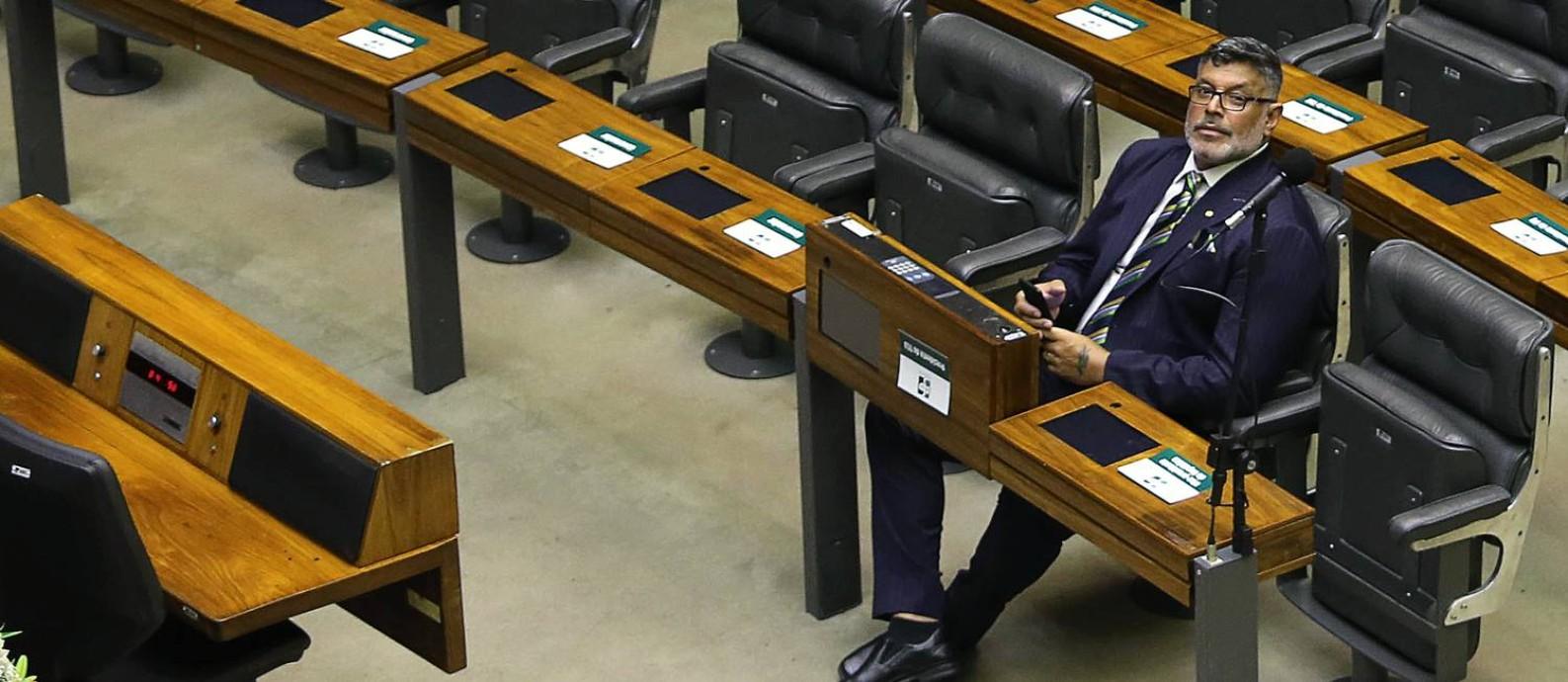 """O deputado federal Alexandre Frota (PSL-SP), que ao final de um discurso na Câmara esmagou uma laranja e vociferou: """"Laranja podre, no PSL, será esmagada"""". Foto: Jorge William / Agência O Globo"""