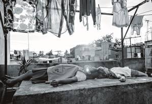 A atriz Yalitza Aparicio (à esq. na foto) interpreta a empregada que cuida do personagem de Marco Graf, o filho da patroa em Roma. Foto: Divulgação