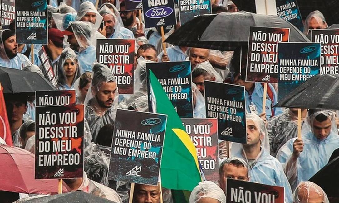 Funcionários protestam contra o fechamento da fábrica de São Bernardo do Campo. Com a decisão, a Ford ficará com três unidades no país: em Taubaté e Tatuí, em São Paulo, e em Camaçari, na Bahia. Foto: Miguel Schincariol / AFP