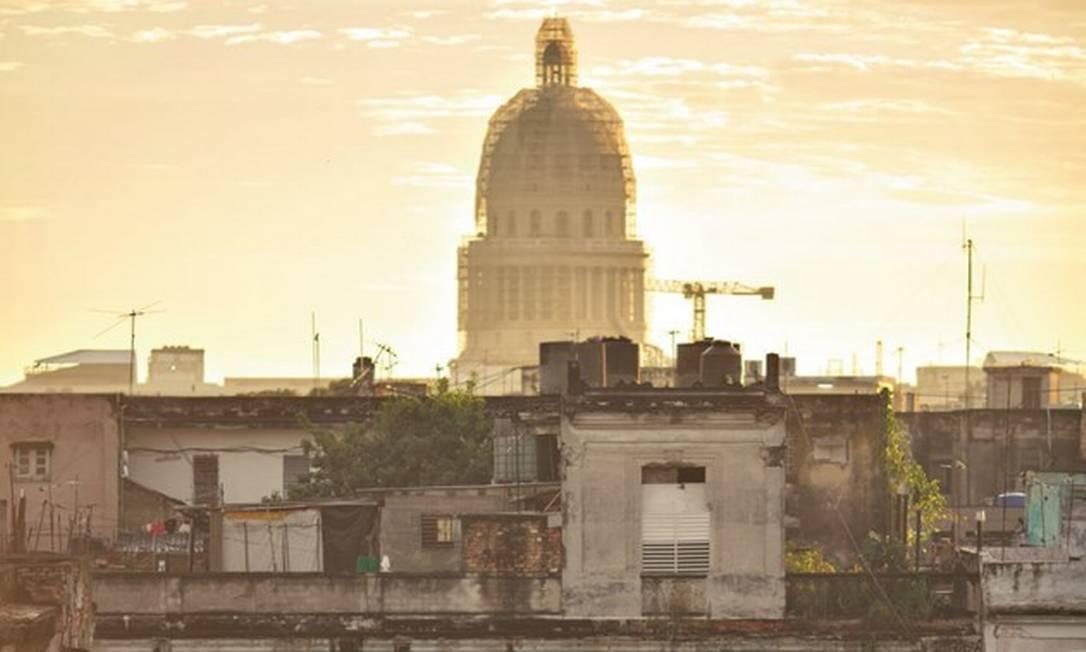 Vista do centro de Havana, tendo ao fundo o prédio do Capitólio, antiga sede do governo que hoje abriga a Academia de Ciências. Foto: Daniel Marenco / Agência O Globo