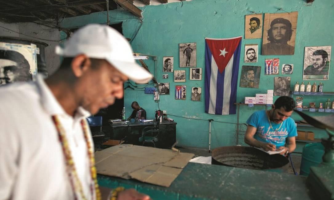 À esquerda, cubanos usam centro de internet pública, liberada para quem pode pagar. Poucos podem. Foto: Daniel Marenco / Agência O Globo