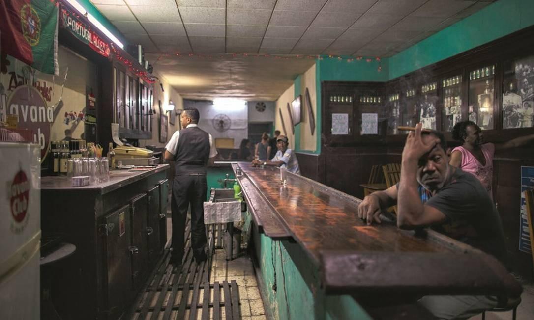 Bar onde charutos e rum fazem parte da rotina mais de turistas que de locais. Foto: Daniel Marenco / Agência O Globo