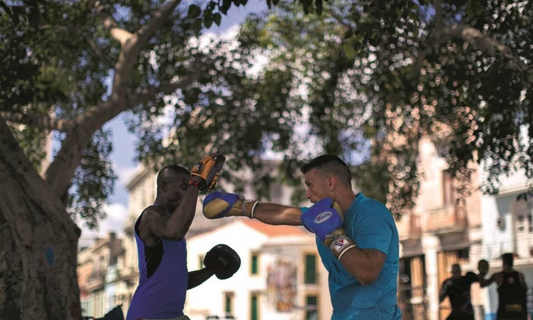 O boxe é uma das grandes paixões nacionais no esporte, com praticantes tomando as ruas de Havana. Foto: Daniel Marenco / Agência O Globo