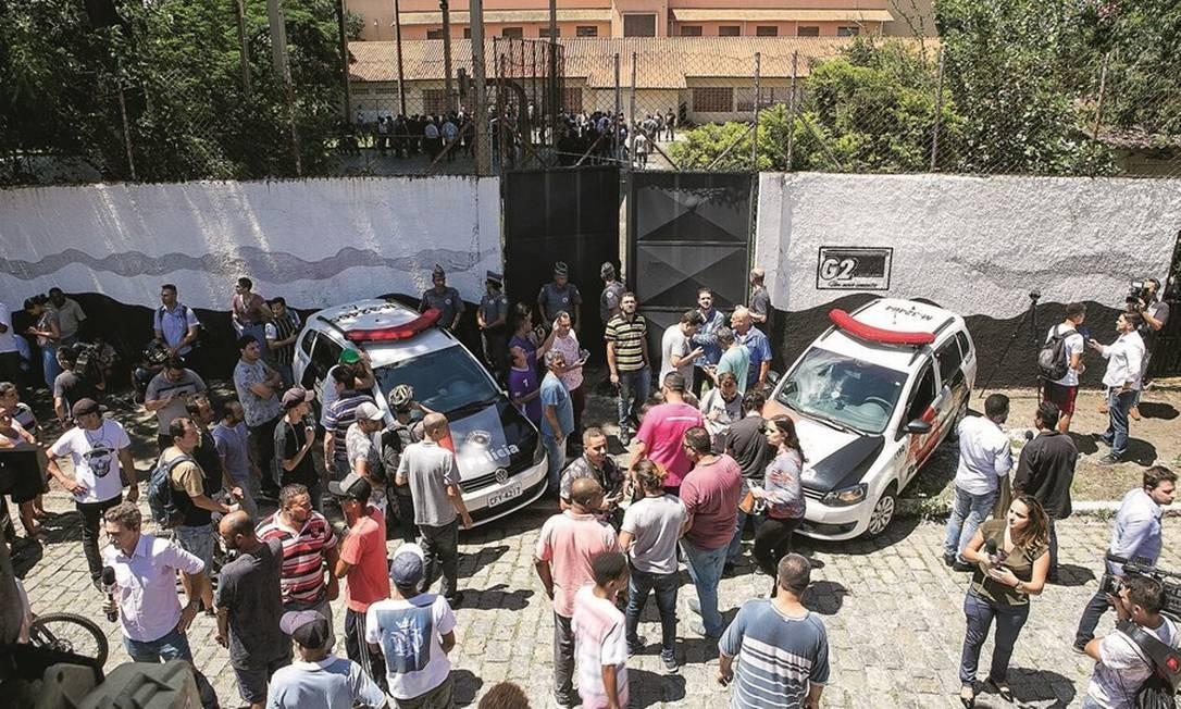 Os dois ex-alunos tinham um revólver, explosivos e uma disparadora de flechas. Roubaram um carro, entraram na escola e dispararam a esmo. Foto: Dario Oliveira / Anadolu Agency / AFP