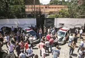 Os dois ex-alunos tinham um revólver, explosivos e uma atiradora de flechas. Roubaram um carro, entraram na escola e dispararam a esmo. Foto: Dario Oliveira / Anadolu Agency / AFP
