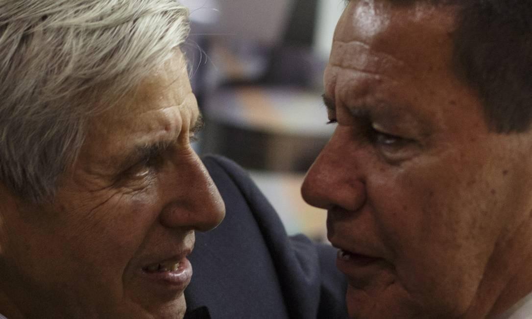 Os generais Hamilton Mourão (à direita) e Augusto Heleno (à esquerda) Foto: Daniel Marenco / Agência O Globo