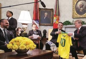 Trump recebe de Bolsonaro a camisa da Seleção Brasileira com o número 10, escolhida por causa de Pelé,