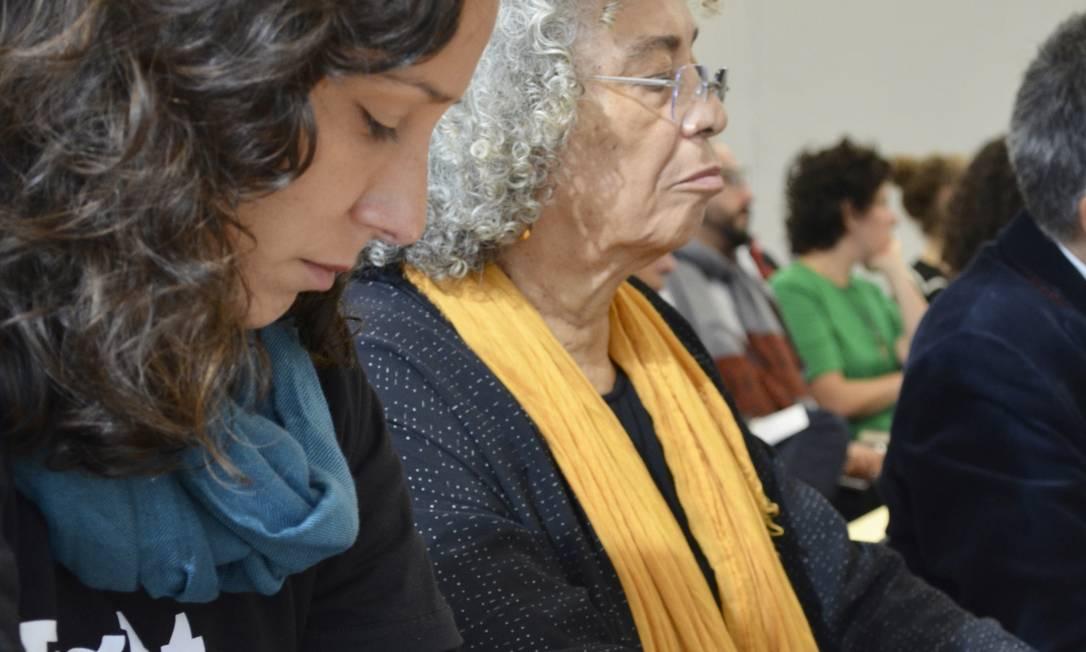 A viúva Mônica Benício (à esquerda) observa a tatuagem de Marielle Franco durante ato em universidade americana que contou com a presença da filósofa e ativista Angela Davis (à direita). Foto: Daiane Tamanaha