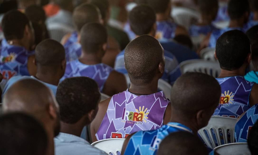 Público acompanha o culto do Pastor Isidório Foto: Lucas Seixas / Agência O Globo