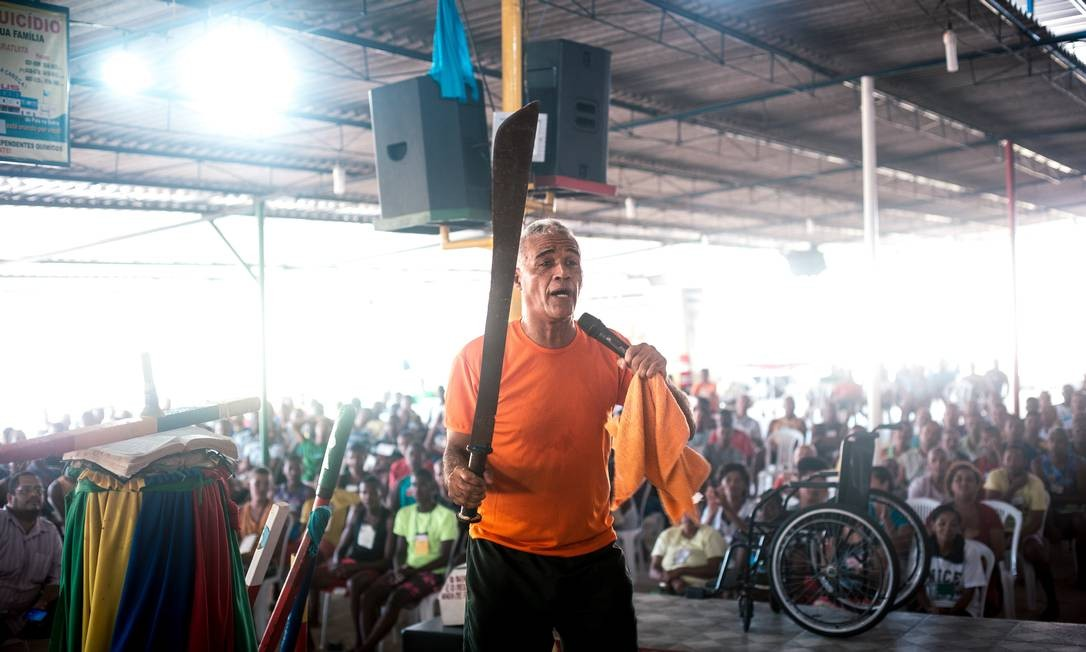 Pastor-sargento segura um facão em pleno culto Foto: Lucas Seixas / Agência O Globo