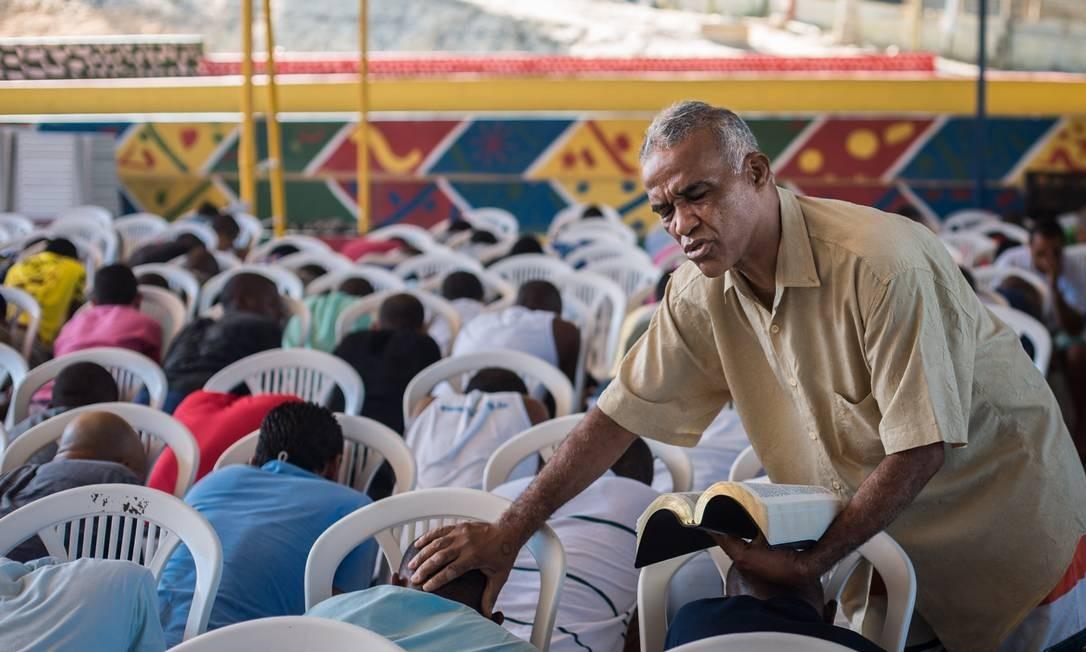 Isidório intercede pelos fieís nos momentos de oração Foto: Lucas Seixas / Agência O Globo