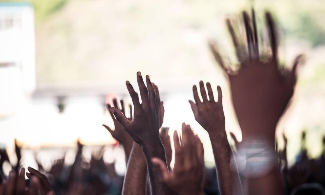 Mãos erguidas e clamores no seguir do culto Foto: Lucas Seixas / Agência O Globo