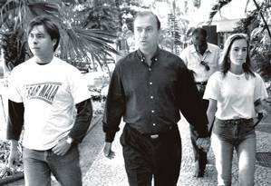 Em 1992, Cesar Maia fazia campanha para prefeito com os filhos Rodrigo e Daniela. Uma família enraizada na política. Foto: Gabriel de Paiva / Agência o Globo