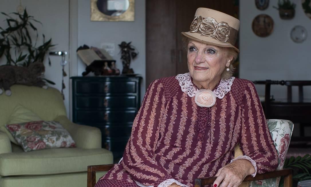 """""""O teatro, para mim, é um elixir"""" diz Andrea Navarro, 82 anos, devidamente vestida como uma de suas personagens. Aos 70, ela decidiu ser atriz. Sua boa memória e disposição intrigam a ciência Foto : Edilson Dantas / Agencia O Globo Foto: Edilson Dantas / Agência O Globo"""