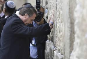 O presidente faz oração no Muro das Lamentações, em Jerusalém. Durante a visita à cidade, Bolsonaro disse que o nazismo é uma ideologia de esquerda. Foto: Menahem Kahana / Pool / Reuters