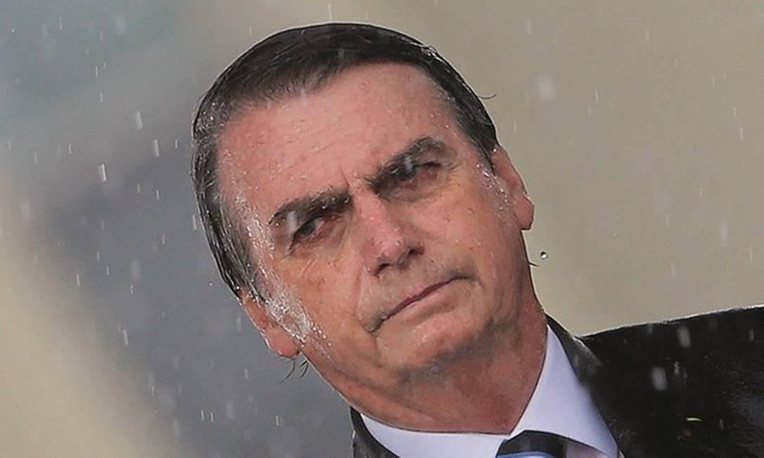 O presidente Jair Bolsonaro sob chuva durante cerimônia em Brasília: nas águas do conservadorismo nas redes. Foto: Adriano Machado / Reuters