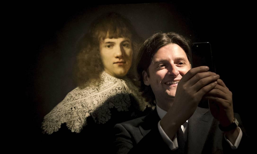 """O colecionador holandês Jan Six faz selfie ao lado de """"Retrato de um jovem rapaz"""", tela de Rembrandt pela qual pagou US$ 140 mil no ano passado. Foto: AFP / Getty Images"""