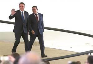 """Resistente à animosidade dos filhos em relação a Mourão, Bolsonaro também se irritou com o vice depois que ele """"curtiu"""" uma postagem crítica a seu governo. Na foto, os dois descem a rampa do Planalto para solenidade dos 100 dias de governo. Foto: Jorge Wiliam / Agência O Globo"""