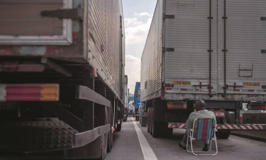 Na greve de 11 dias em maio de 2018, caminhoneiros mostraram força e impediram a circulação de alimentos e combustível, entre outros bens de consumo essenciais. Foto: Mauro Pimentel / AFP