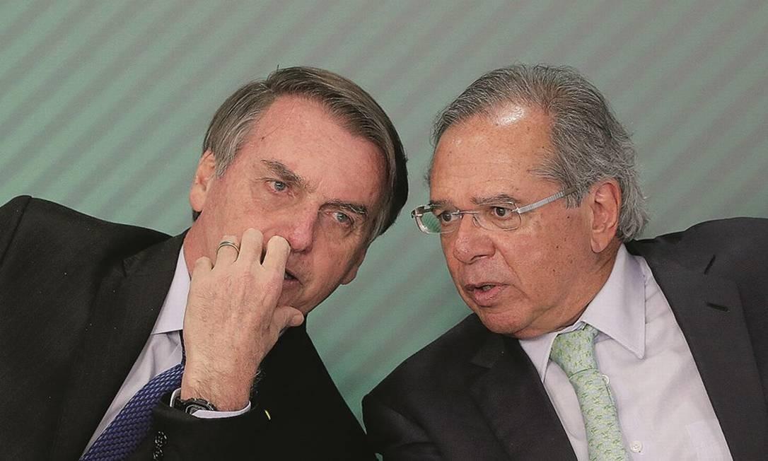 Jair Bolsonaro ouviu aula de Paulo Guedes sobre os danos do controle de preços de combustível e aceitou reajuste que antes vetara. Foto: Adriano Machado / Reuters