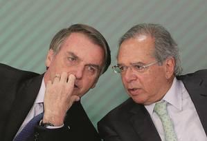 Jair Bolsonaro ouviu aula de Paulo Guedes sobre os danos do controle de preços de combustível e aceitou reajuste que antes vetara Foto: Adriano Machado / Reuters