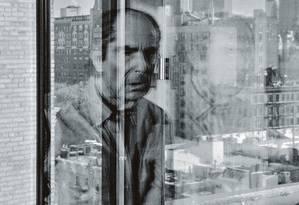 Philip Roth contempla a vista do apartamento em direção às casas tradicionais da 78th Street e às torres da 57th Street. Foto: Philip Montgomery / The New York Times