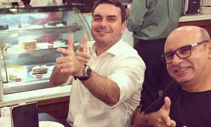 Flávio Bolsonaro e Queiroz em campanha Foto: Arquivo pessoal
