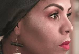 Cristiane Sobral diz que seus personagens podem ser brancos ou negros, mas são sempre escritos do ponto de vista de uma mulher negra. Foto: Raissa Tuany / Raissa Tuany