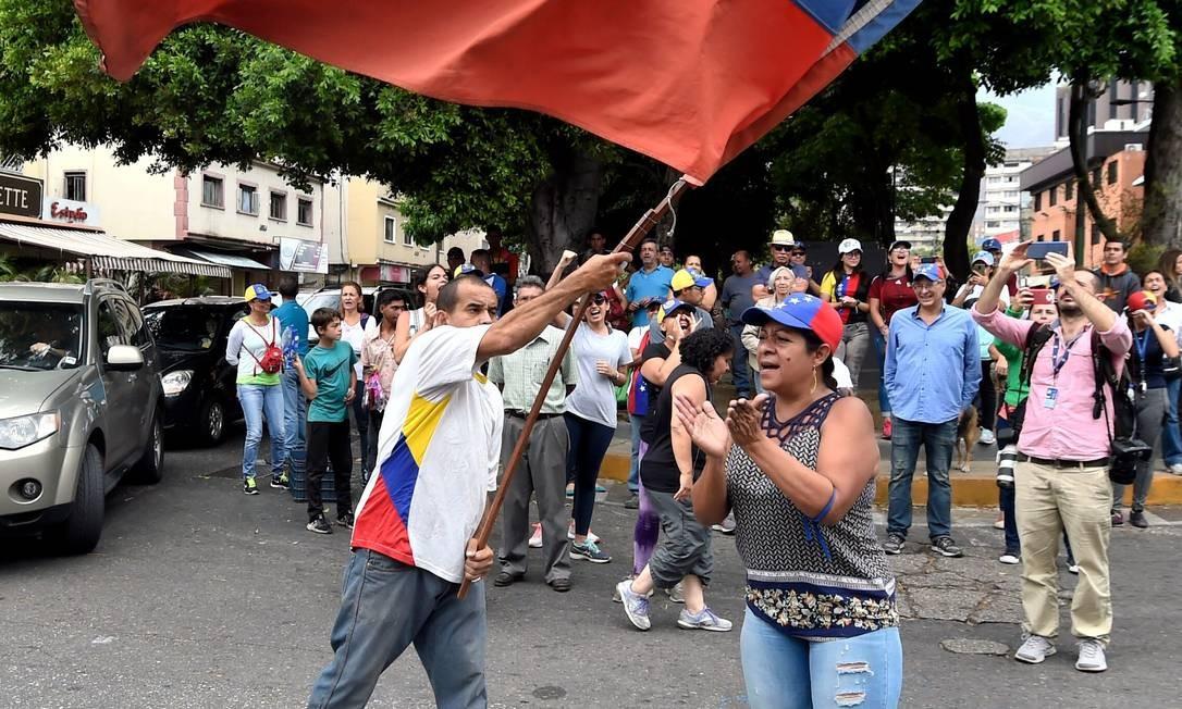 Opositores do ditador Nicolás Maduro em Caracas: muita bandeira, pouca adesão dos militares Foto: JUAN BARRETO / AFP