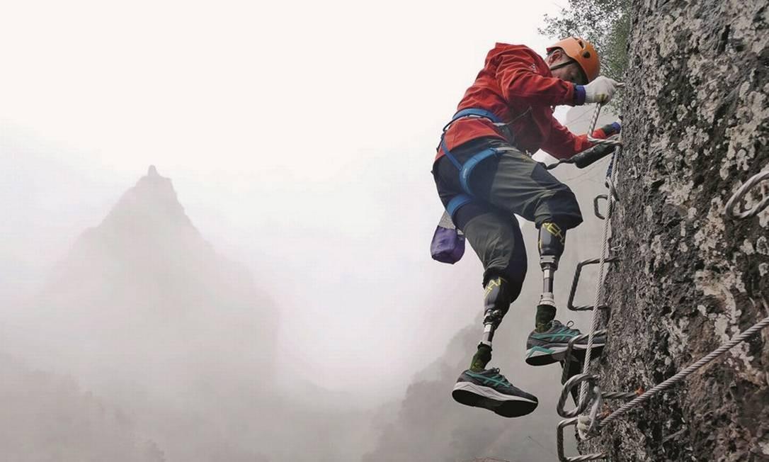 Depois de perder os pés na primeira tentativa e de fracassar nas três seguintes, o chinês Xia Boyu alcançou no ano passado, aos 69 anos, os 8.848 metros do cume do Everest. Foto: China Daily / Reuters