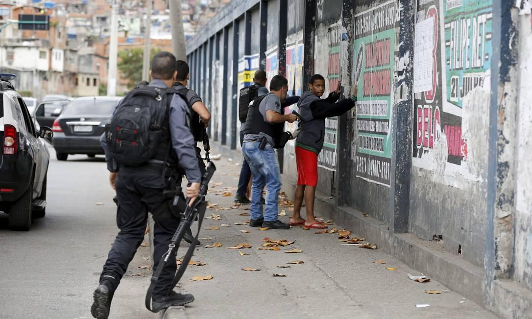 As polícias civis e militares abordam e prendem mais jovens negros do que brancos, segundo levantamentos realizados em vários estados Foto: Domingos Peixoto / Agência O Globo